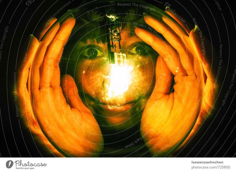 Im Licht des Betrachters feminin Junge Frau Jugendliche Erwachsene Kopf Hand 1 Mensch 18-30 Jahre Glas beobachten entdecken festhalten leuchten Blick träumen