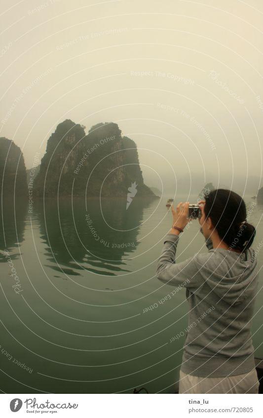 Natur Ferien & Urlaub & Reisen grün Wasser Meer Landschaft Mädchen Wolken kalt grau Felsen Wetter Nebel Insel nass Urelemente