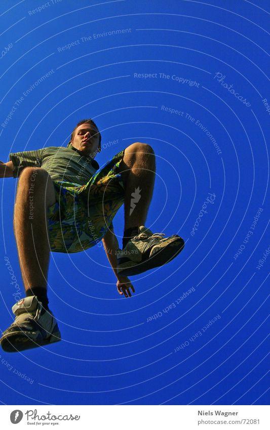 Auf dem Weg nach Hawaii Mensch Himmel blau springen Luft Schuhe Beine Arme Wind Aussicht Hose