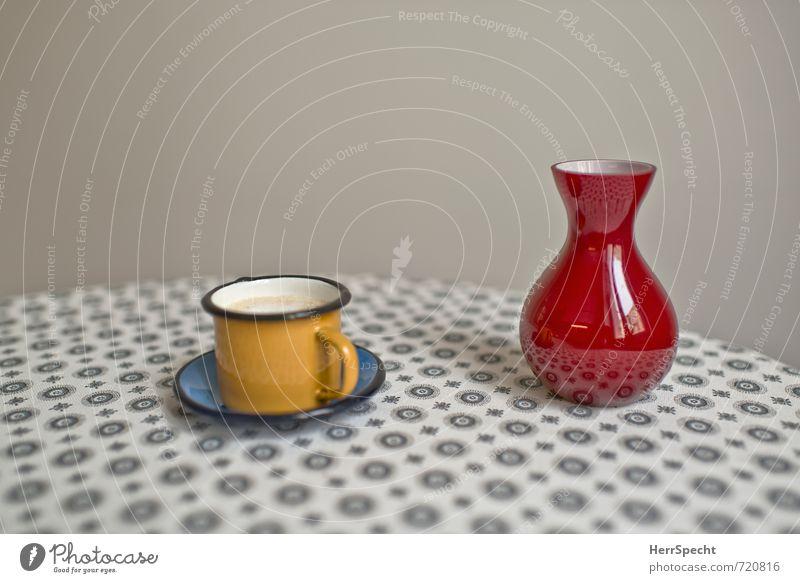 Tasse (voll), Vase (leer) Getränk Heißgetränk Kaffee Häusliches Leben Tisch Küche schön gelb grau rot Kaffeetasse Kaffeetrinken Untertasse Becher Blumenvase