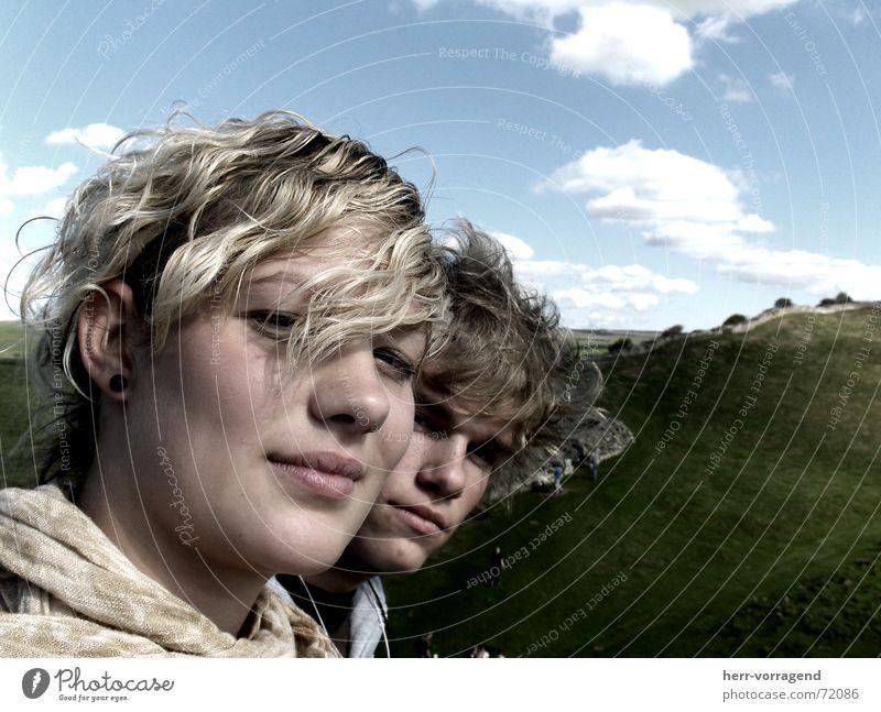 Locker bleiben Frau Mann Himmel grün blau Wolken Wiese Mauer Paar blond beweglich ernst Schottland
