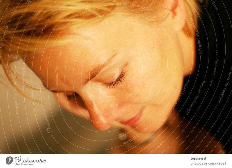spät nachts Porträt Frau blond sensibel Trauer Müdigkeit offene blende