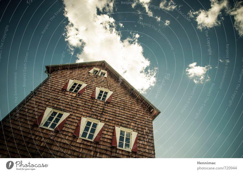 Fluchtpunkt. Himmel Ferien & Urlaub & Reisen blau Wolken Haus Fenster Berge u. Gebirge Architektur Gebäude Holz braun Fassade Wohnung leuchten Tourismus
