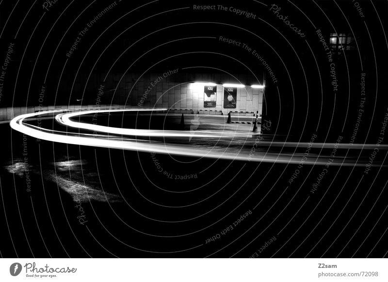 downward s/w Licht Streifen Blick nach unten Langzeitbelichtung Tiefgarage Verkehr fahren Hütte light Bogen Kreis Bewegung Dynamik Straße Kurve