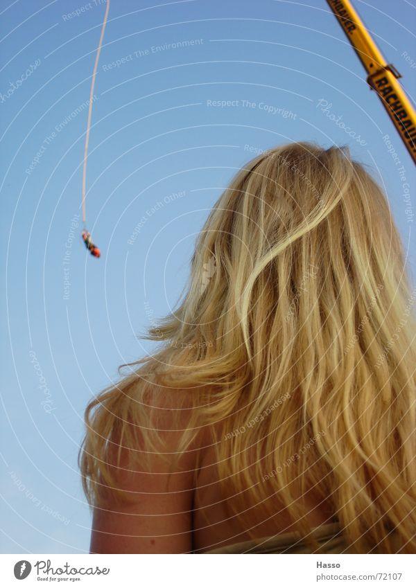 kommt von oben... Frau Himmel blau Freude Erholung Haare & Frisuren blond Geschwindigkeit fallen beobachten hängen Kran langhaarig Kopfschmerzen