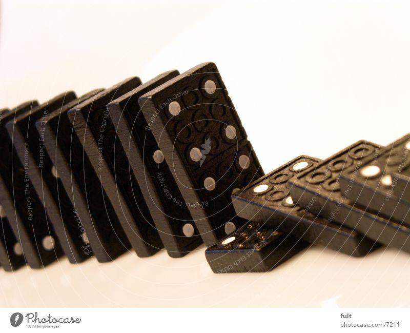 domino Freude schwarz Spielen Holz Stein liegen stehen Dinge Technik & Technologie Bodenbelag Sicherheit Schutz Punkt eckig gestellt umfallen