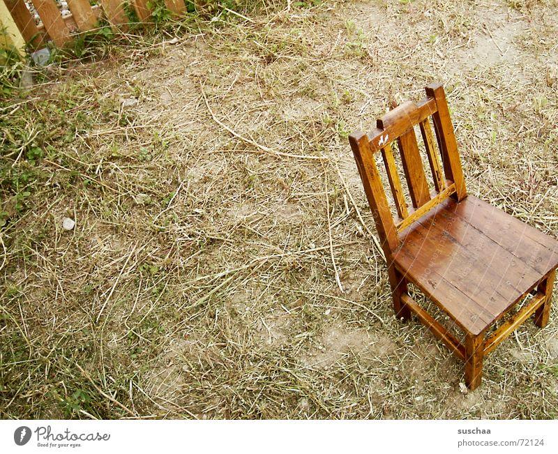 .. bitte sehr, setzen Sie sich doch .. Erholung Garten sitzen Rasen stehen Stuhl Bodenbelag Zaun antik Aufenthalt unordentlich gepflegt Holzstuhl Hochstuhl