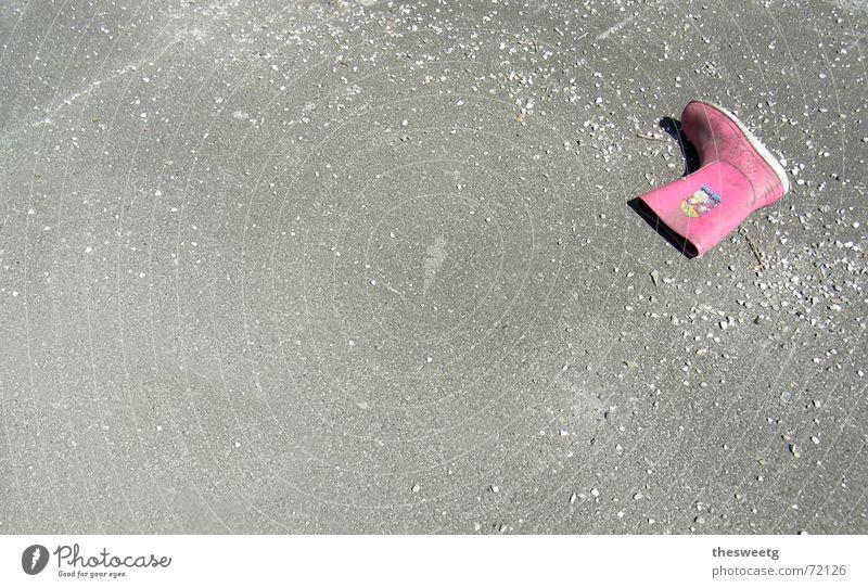weg Einsamkeit Straße grau Beton Asphalt Straßenbelag Stiefel Trennung Unfall verloren Kriminalität Gummistiefel unvollendet Kollision Schuhe Delikt