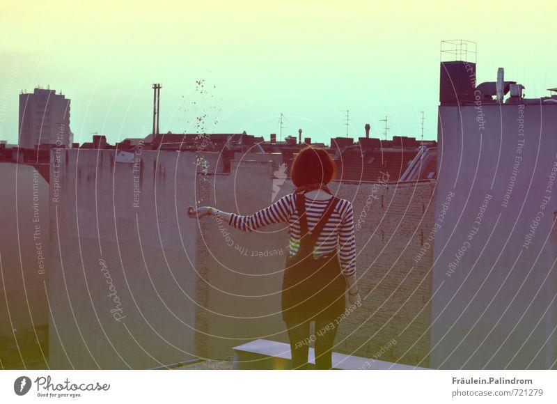 Auf den Dächern. Mensch Jugendliche Stadt Einsamkeit Junge Frau ruhig Freude 18-30 Jahre Erwachsene feminin Bewegung Freiheit Feste & Feiern außergewöhnlich oben Zufriedenheit