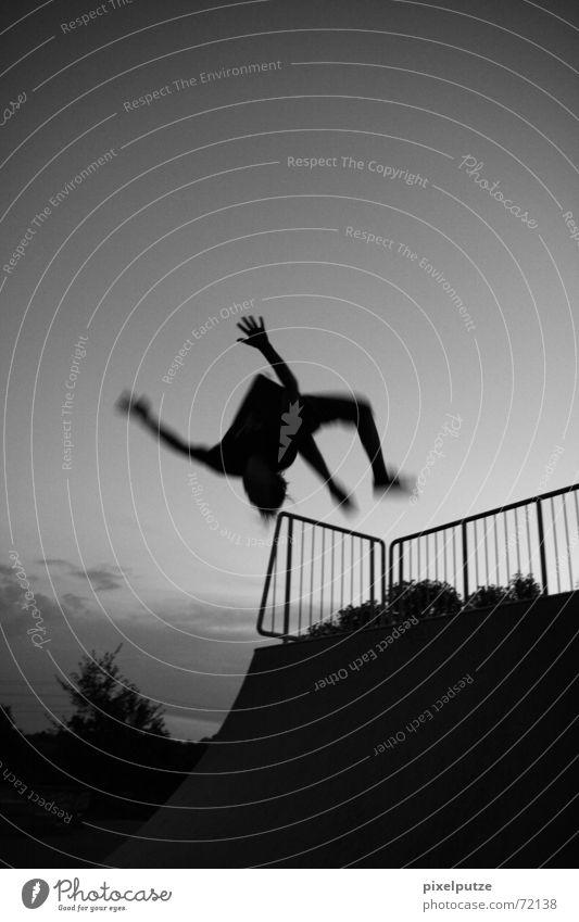 backflip Rückwärtssalto Salto Akrobatik Sportpark Park Hardcore extrem Freak Trick springen schwarz weiß Grauwert Mann fliegen Himmel Bewegung Schwarzweißfoto