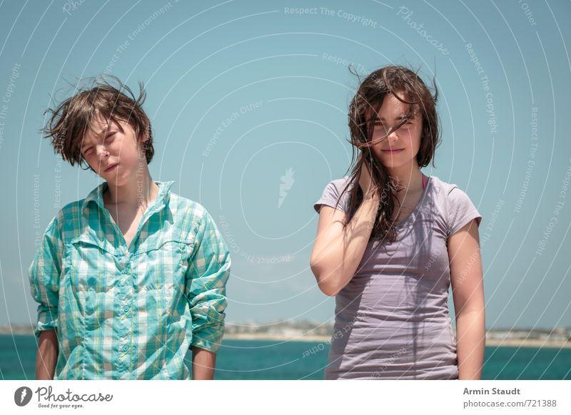 Warten im Wind Lifestyle Sommerurlaub Mensch maskulin feminin Jugendliche 2 8-13 Jahre Kind Kindheit 13-18 Jahre Landschaft Schönes Wetter Meer brünett