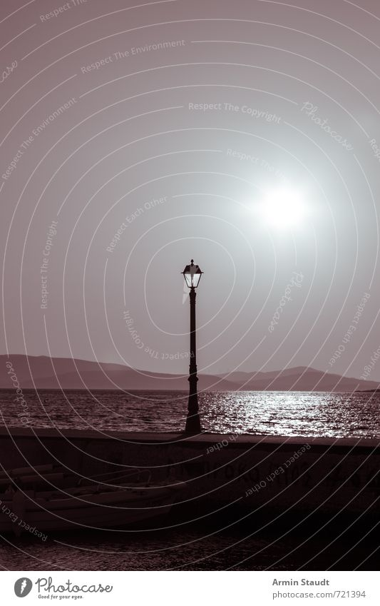 Alte Laterne und Sonne Natur Ferien & Urlaub & Reisen alt Sommer Sonne Meer Landschaft dunkel Küste Zeit Stimmung trist ästhetisch Schönes Wetter Ewigkeit Straßenbeleuchtung