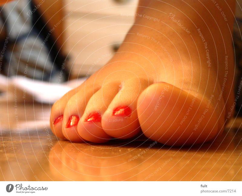 fuss rot Nagellack Zehen Frau Holz aufeinander Fuß Beine Mensch Haut Treppe sitzen zeigen Schatten gelegt Fußknöchel Hacke Barfuß