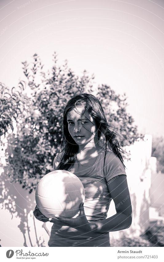 Im Schatten mit Ball Lifestyle Freizeit & Hobby Spielen Ferien & Urlaub & Reisen Sommerurlaub Mensch feminin Jugendliche 1 13-18 Jahre Kind Wolkenloser Himmel