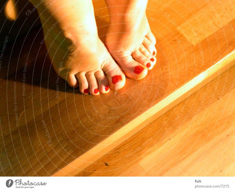 füsse Zehen Frau Holz aufeinander Fuß Beine Mensch Haut Treppe sitzen zeigen Schatten gelegt Fußknöchel Hacke Barfuß