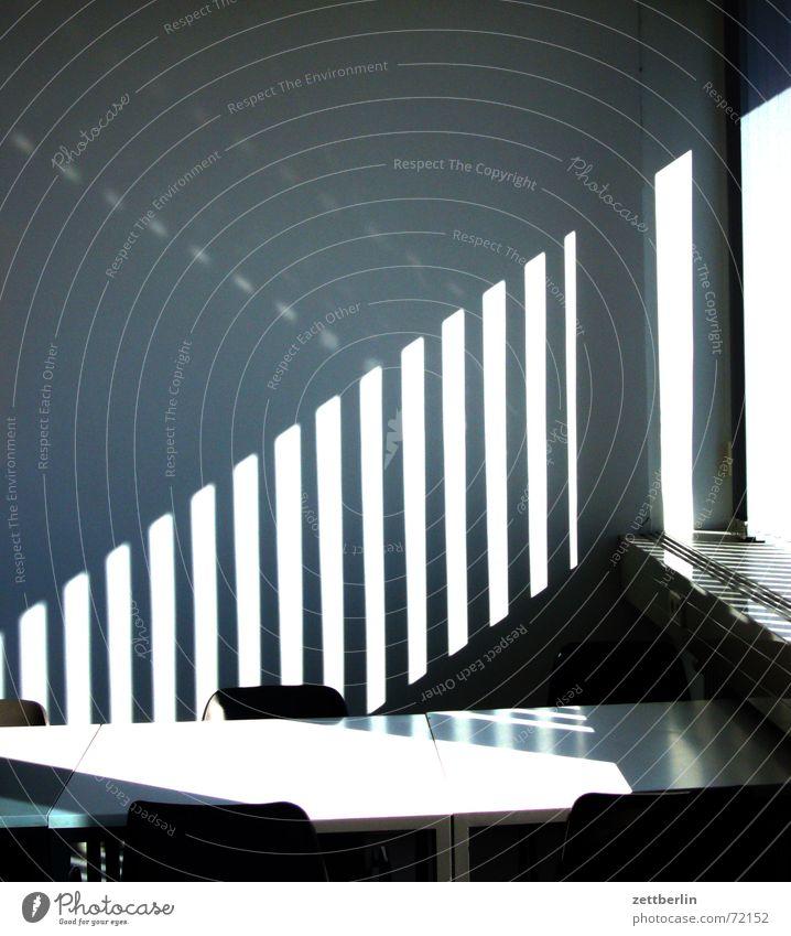20. Etage Tisch Sitzung Verhandlung leer Streifen Jalousie Vorhang diagonal vertikal parallel Wand Lichteinfall Haftstrafe Kondensmilch Kondensstreifen Stuhl
