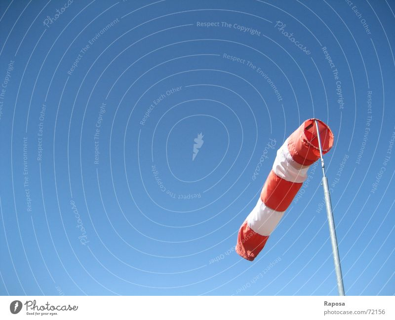 Sag, wie steht der Wind heut? rot weiß gestreift Windfahne Windsack Windrichtung Windgeschwindigkeit Himmel blau flaute Wetter seitenwind windverhältnisse