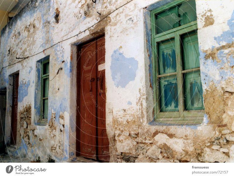 schöner wohnen Haus Fassade Kulisse mehrfarbig schädlich Ruine schäbig Griechenland Fenster Putz Verfall Tür Stein