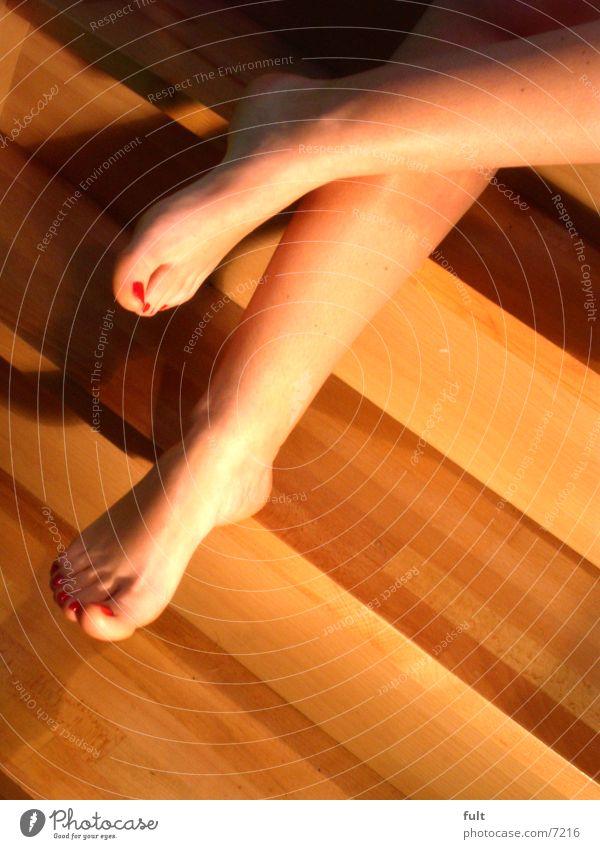 füsse Frau Mensch Holz Fuß Beine Haut sitzen Treppe Zehen zeigen Hacke Fußknöchel aufeinander