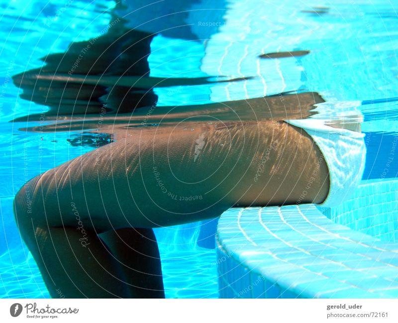 Pause im Pool Frau Sommer Erholung Beine sitzen Schwimmbad Wellness Fliesen u. Kacheln Bikini kühlen Spa Oberschenkel Frauenunterhose