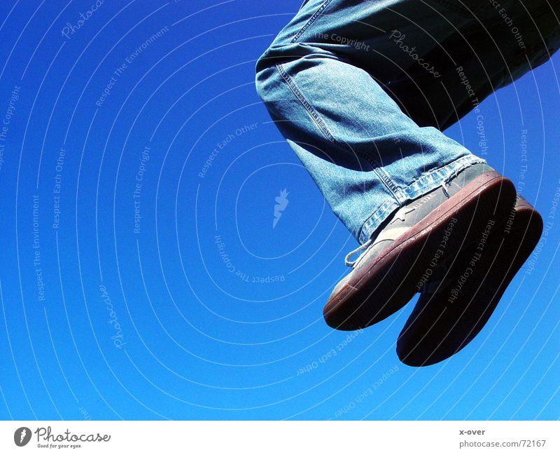 jump springen Verlauf Schuhe blau Jeanshose Freiheit fliegen blue Fuß Chucks Turnschuh