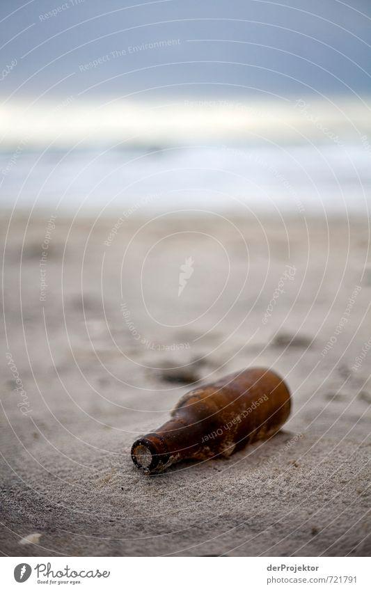 Wasser-Postumschlag leer Natur Umwelt Gefühle Herbst Küste braun dreckig Wellen Glas Insel Urelemente Hoffnung Neugier Ostsee Flasche Sandstrand