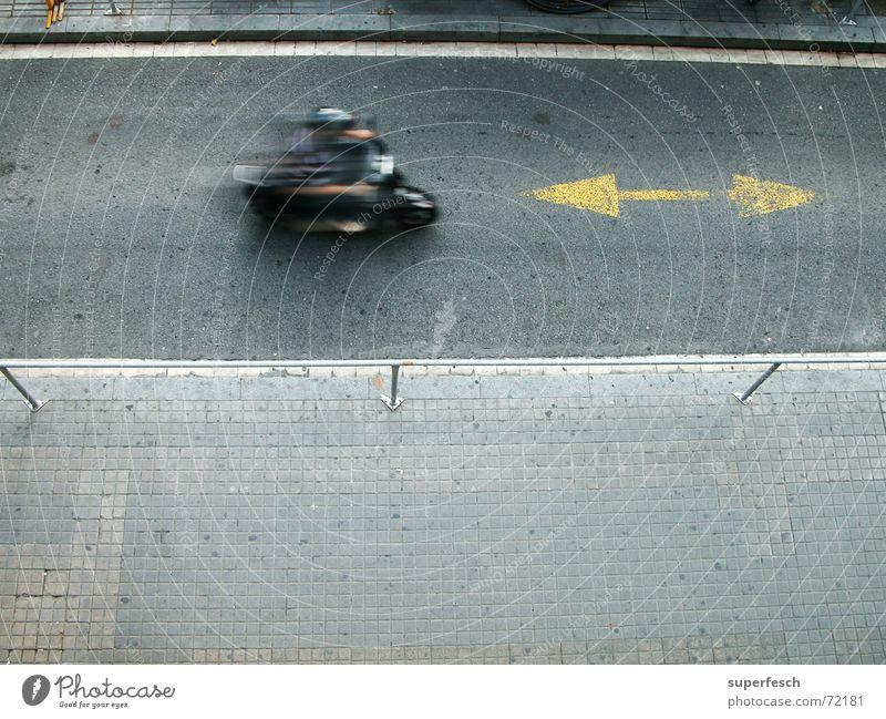 BCN 1 Verkehr Straße Kleinmotorrad Pfeil Bewegung fahren Richtung Farbfoto Außenaufnahme Textfreiraum unten Tag Bewegungsunschärfe Vogelperspektive