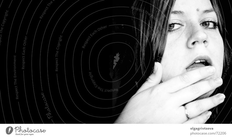 tasty Ernährung Hand Selbstportrait Mensch Blick Lippen Frau feminin klassisch lutschen lecker Geschmackssinn Schwarzweißfoto Kontrast Kopf selbstbildnis Mund