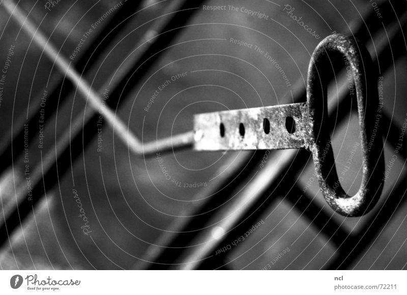 Metallhaken alt weiß schwarz kalt grau dreckig Kreis Industriefotografie Fabrik Stahl Handwerk Loch Geometrie Eisen ziehen
