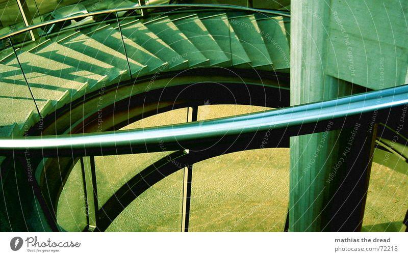Gewendelt grün kalt Metall leer Treppe Stahl Geländer Am Rand Wendeltreppe