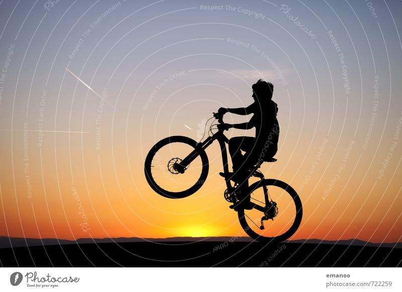 wheelie Lifestyle Freude Sommer Sport Sportler Fahrradfahren Mensch Kind Junge Junger Mann Jugendliche Natur Landschaft Himmel Horizont Sonne Hügel
