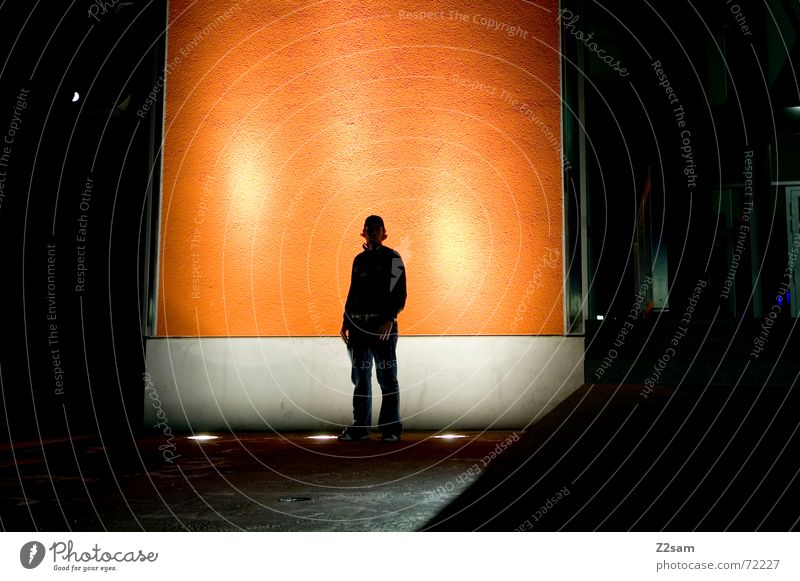 nächtliche Nachdenklichkeit III stehen Nacht Licht Bühnenbeleuchtung Körperhaltung Denken Wand night light orange porträte nachdenken anlehnen