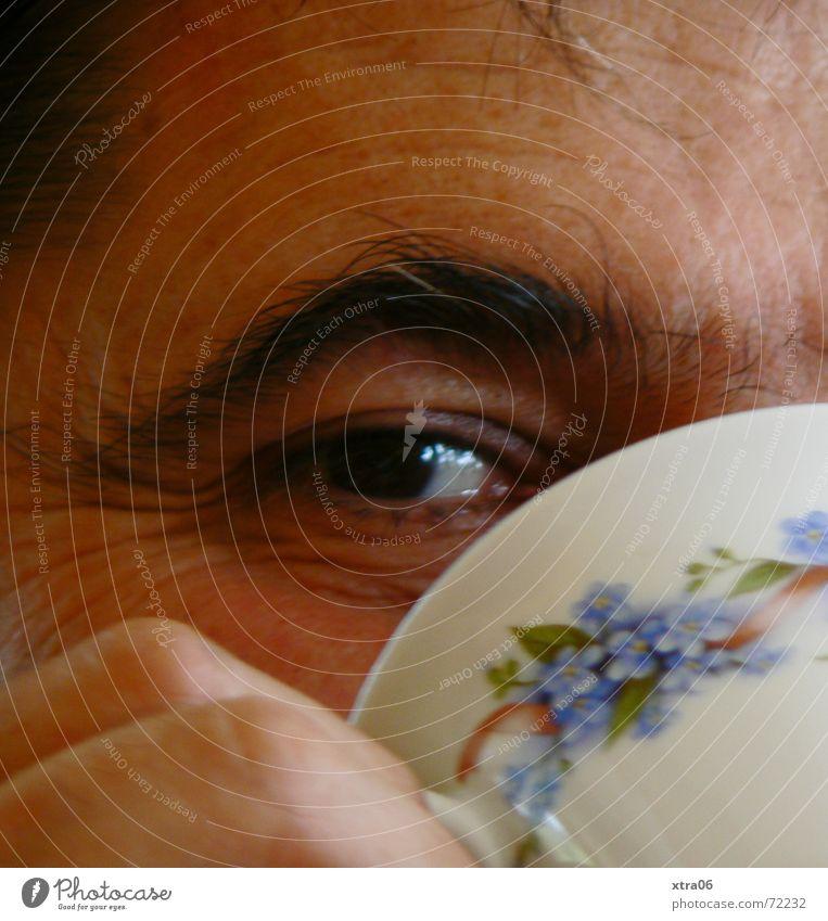 sieh mir ins Auge Mensch Mann Hand Kopf Finger Kaffee trinken Tee Tasse frech lügen Augenbraue Kaffeetasse aufreizend Blumenmuster