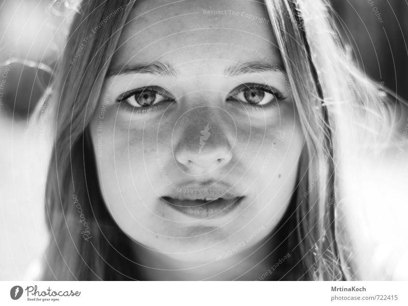 we exist. Mensch Frau Kind Jugendliche schön Einsamkeit Junge Frau ruhig Erwachsene Traurigkeit feminin Kraft 13-18 Jahre Fröhlichkeit stark Sehnsucht