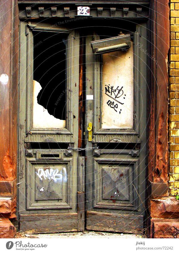 TwentyOne verfallen gebrochen Haus Unbewohnt Leipzig Verfall Fenster kaputt Stadt Dorf 21 geschlossen gelb dunkel Licht Tür renovierungsstau alt graffity