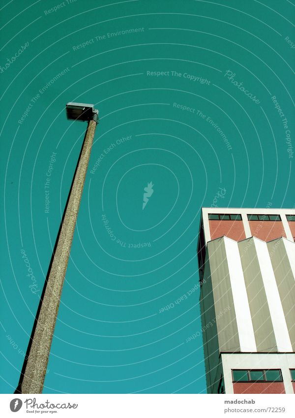 FLIRT ME, BABY | hochhaus gebäude architektur laterne urban Himmel blau Einsamkeit Wolken Haus dunkel Fenster Leben Architektur Traurigkeit Gebäude Freiheit fliegen oben rosa Arbeit & Erwerbstätigkeit