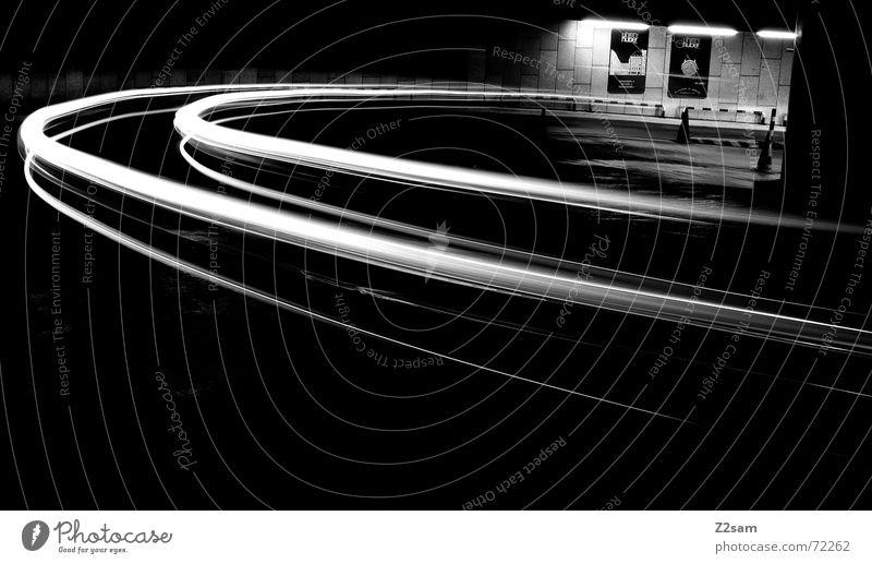 downward s/w II Licht Streifen Blick nach unten Langzeitbelichtung Tiefgarage Verkehr fahren Hütte light Bogen Kreis Bewegung Dynamik Straße Kurve