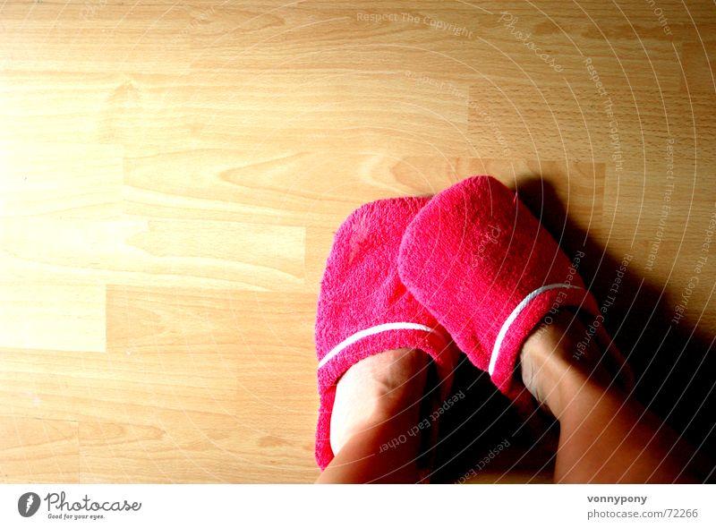 meine pinken Schlappen Frau weiß Holz Fuß Schuhe hell warten Wohnung rosa stehen weich Bodenbelag violett Stoff Mensch Müdigkeit