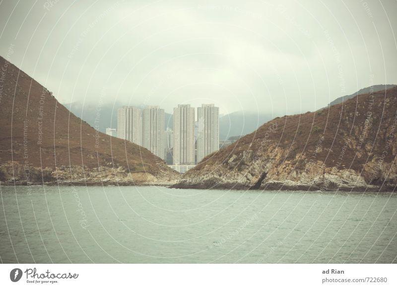 Einzelgänger | Nicht alleine Wasser Meer Landschaft Wolken kalt Herbst Küste Architektur Fassade Regen Nebel Häusliches Leben Hochhaus Perspektive Insel bedrohlich