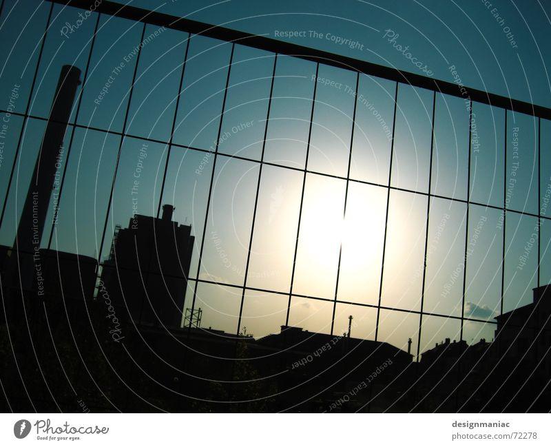 Fabrikgelände Himmel Sonne blau schwarz dunkel hell Deutschland Umwelt verrückt Europa Industrie Fabrik Dach Baustelle Klarheit Quadrat