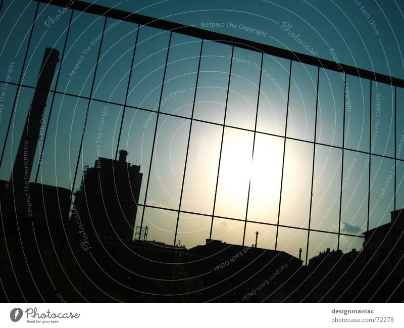 Fabrikgelände Silhouette Dach Zaun Quadrat Rechteck dunkel Licht schwarz Frankfurt am Main Europa gefangen eingeengt Außenaufnahme Baustelle Gegenlicht blenden