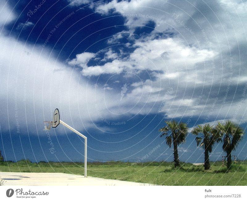 urlaub Basketballkorb Wiese Gras Palme Wolken Küste Strand Ferien & Urlaub & Reisen Platz Horizont ruhig weiß Spanien Himmel Natur Sport blau freiheut