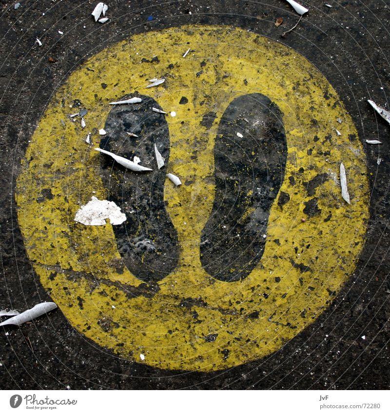 stay here Fußspur Schuhe gelb Asphalt Teer stehen gehen stoppen Warnschild schwarz Zeichen Schilder & Markierungen Bodenbelag dreckig sign