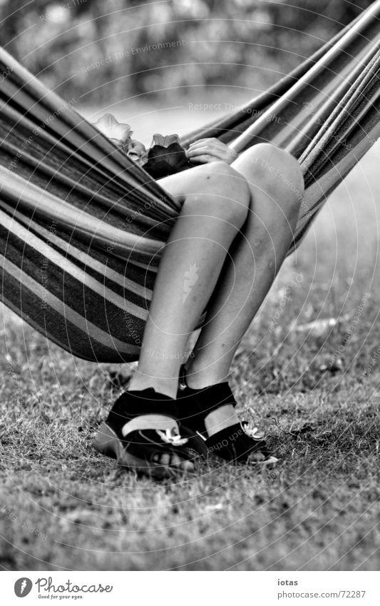 kleine beine Kind Mädchen Pause Erholung Hängematte Sommer Freizeit & Hobby ruhig Schuhe Streifen Wiese Freude Beine Fuß Schatten Schwarzweißfoto b/w b&w Garten