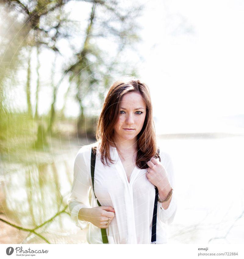im See feminin Junge Frau Jugendliche 1 Mensch 18-30 Jahre Erwachsene Bluse Hosenträger brünett Erotik Farbfoto Außenaufnahme Tag Schwache Tiefenschärfe