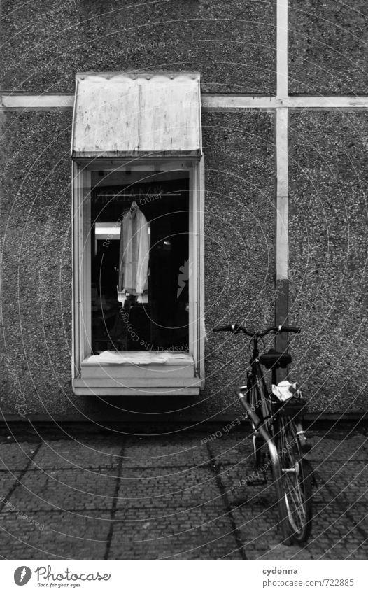 HALLE/S TOUR | Das letzte Hemd Stadt Einsamkeit Fenster Wand Traurigkeit Architektur Mauer Mode Fassade Business Lifestyle Fahrrad Bekleidung Vergänglichkeit