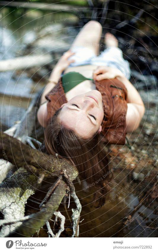 am See feminin Junge Frau Jugendliche 1 Mensch 18-30 Jahre Erwachsene Umwelt Natur Freizeit & Hobby liegen Erholung Farbfoto Außenaufnahme Tag