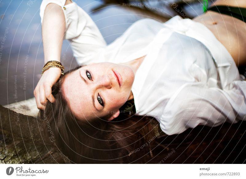 l'été feminin Junge Frau Jugendliche 1 Mensch 18-30 Jahre Erwachsene Hemd liegen schön Farbfoto Außenaufnahme Tag Schwache Tiefenschärfe Oberkörper