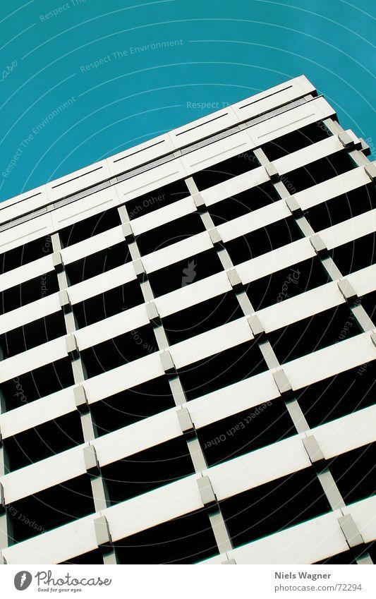 Up Up and away... Himmel grün Haus Wolken Fenster Gebäude parallel hell-blau
