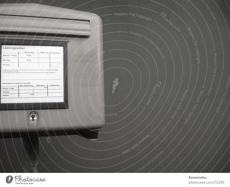 Heute mal zur Post... Briefkasten gelb grün weiß schwarz Klappe Schlitz Stab senden Schlüsselloch Einsamkeit Wand Mauer Bar E-Mail Paket Deutschland